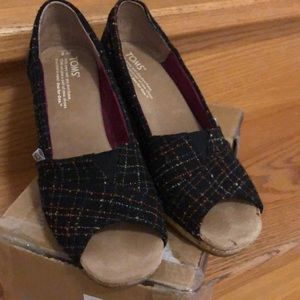 Toms black woven wedges